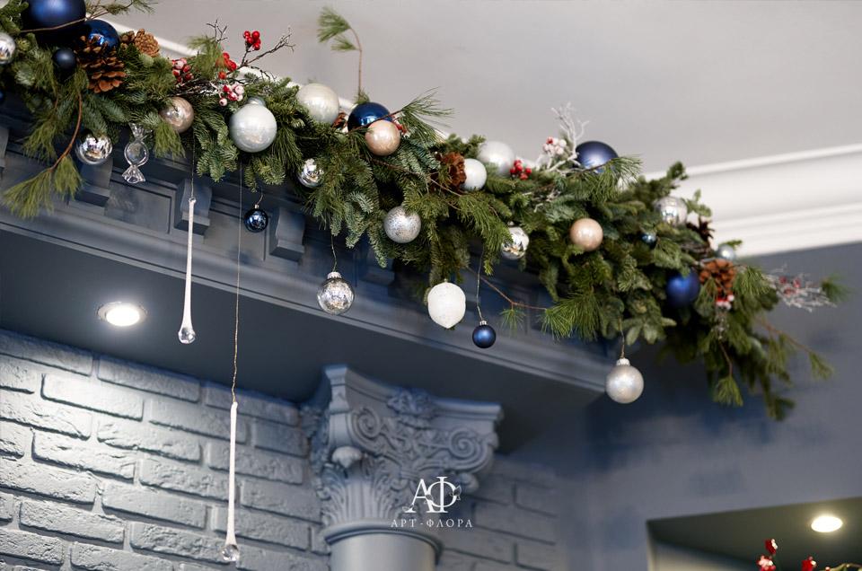 novogodnee-oformlenie-proekta-devushka-v-kafe-1