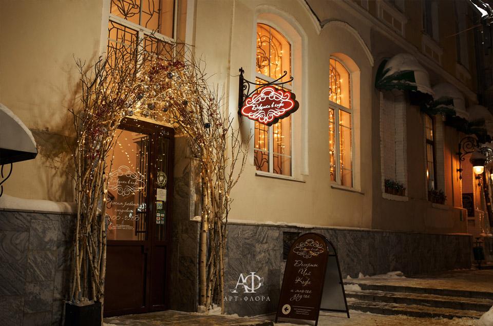 novogodnee-oformlenie-proekta-devushka-v-kafe-10