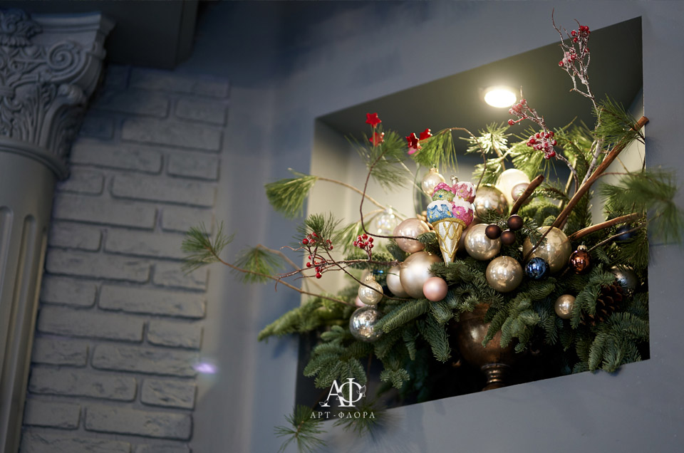 novogodnee-oformlenie-proekta-devushka-v-kafe-4