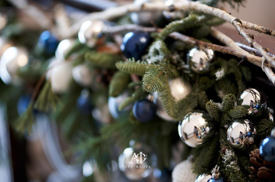 novogodnee-oformlenie-proekta-devushka-v-kafe-6